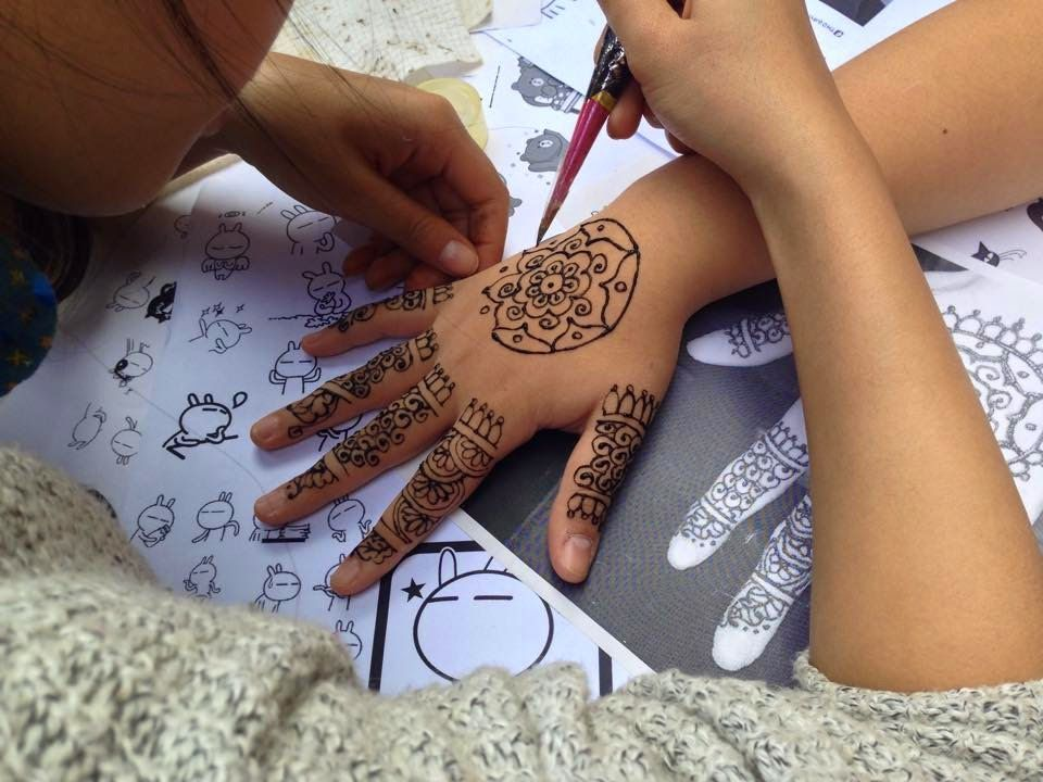 vẽ mặt henna