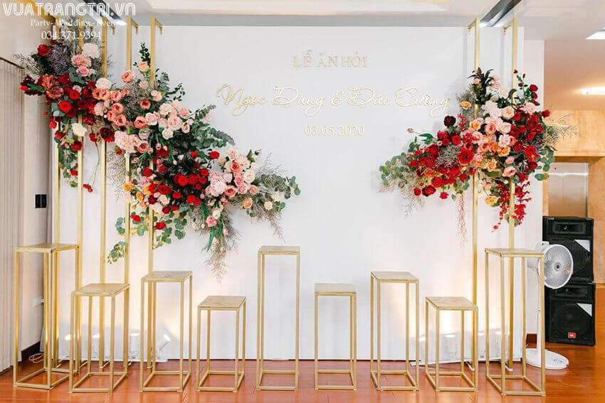 Backdrop đám cưới sang trọng kết hợp hoa tươi cao cấp màu đỏ